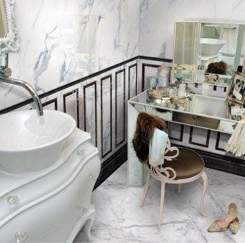 Marmurowa łazienka z lustrzaną toaletką i białą szafką z umywalką nablatową