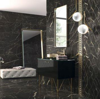 Czarna łazienka z dużym lustrem, czarną szafką z umywalką nablatową oraz dużym oknem