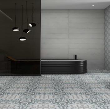 Biała łazienka z wielką, grafitową wanną wolnostojącą, grafitową umywalką wolnostojącą i dwoma stoliczkami na dekorację i kosmetyki