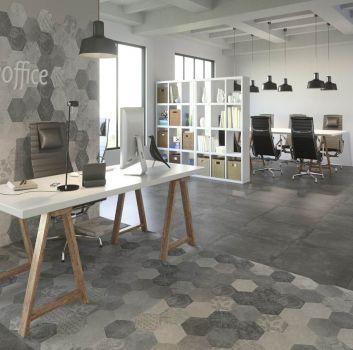 Białe biuro z białymi biurkami, grafitowymi krzesłami i białymi regałami