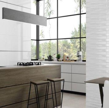 Biała kuchnia z białymi meblami, drewniana wyspa oraz drewnianym stołem z dwoma beżowymi krzesłami