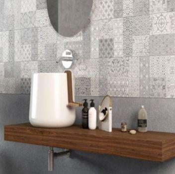 Szara łazienka z drewnianym blatem, umywalką nablatową oraz okrągłym lustrem