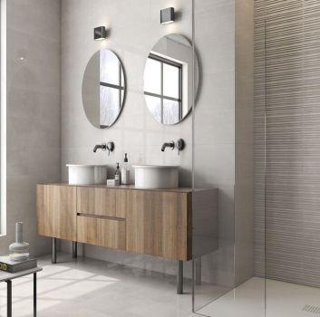 Beżowa łazienka z prysznicem, drewnianą półką na której stoją dwie umywalki nablatowe oraz okrągłymi lustrami