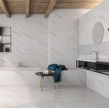 Biało-szara łazienka z zabudowaną wanną, czarną wiszącą półką z wbudowaną umywalką oraz drewnianymi belkami na suficie