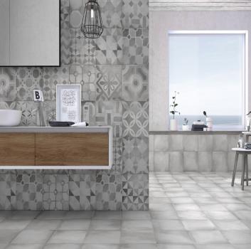 Szara łazienka z wanną wolnostojącą, drewnianym blatem przy oknie oraz drewnianą półką z umywalką nablatową