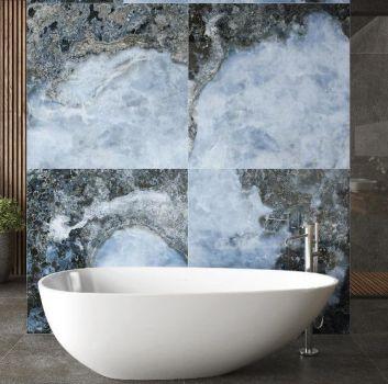 Szaro-niebieska łazienka z prysznicem, wanną wolnostojącą oraz drewnianym blatem z umywalką nablatową