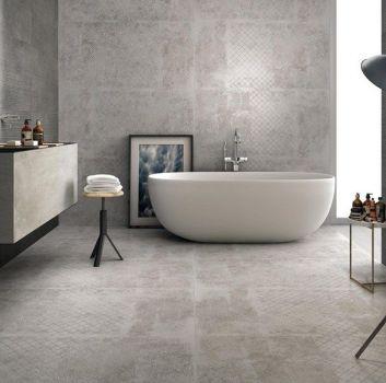 Szara łazienka z wanną wolnostojącą, blatem z płytek w który są wbudowane dwie umywalki oraz dwoma drewnanymi stoliczkami