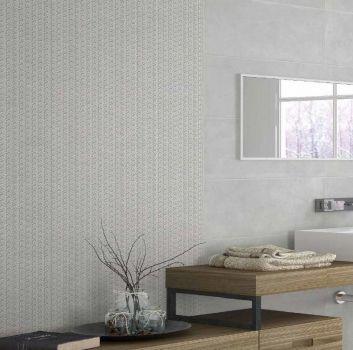 Szara łazienka z drewnianym blatem na którym znajduje się umywalka nablatowa oraz duże lustro