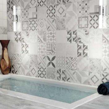 Czarno-srebrna łazienka z oddzielonym ścianą prysznicem, wbudowaną wanną oraz białym blatem na którym jest oparte lustro