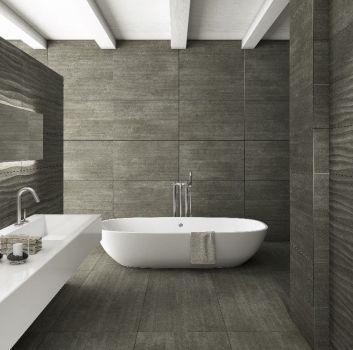 Szara łazienka z wanną wolnostojącą, białym blatem z wbudowaną umywalką i prostokątnym lustrem