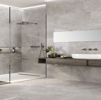 Szara łazienka z dużym prysznicem, drewnianym blatem z umywalką nablatową i drewnianą wnęką w płytkach na kosmetyki