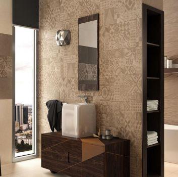 Beżowo-brązowa łazienka z wanną wolnostojącą za ścianą a przed nią znajduje się prostokątna umywalka na brązowej półce oraz prostokątne okno