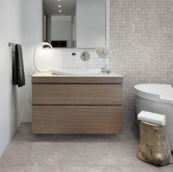 Szara łazienka z wanną wolnostojącą, drewnianą szafką z umywalką nablatową i kwadratowym lustrem