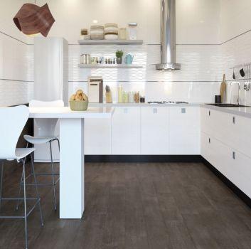 Biała kuchnia z lustrzanym paskiem pośrodku ścian, białymi meblami i białym stołem z dwoma hokerami
