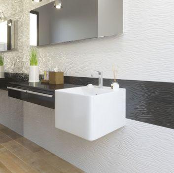 Biało-czarna łazienka z kwadratową umywalką, roślinnością i prostokątnym lustrem