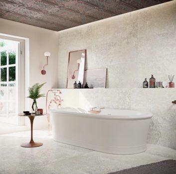 Multikolorowa łazienka z wanną wolnostojącą, stolikiem na kosmetyki i wyjściem na taras