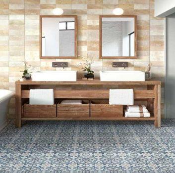 Beżowa łazienka z wanną wolnostojącą, drewnianymi półkami z dwoma umywalkami nablatowymi oraz dwoma drewnianymi lustrami