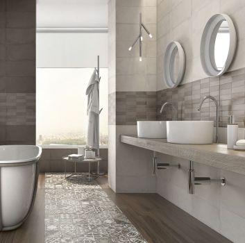 Beżowo-brązowa łazienka z oryginalną wanną wolnostojącą, drewnianym blatem z dwoma umywalkami nablatowymi i dwoma okrągłymi lustrami