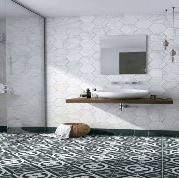Biało-szara łazienka z prysznicem, drewnianym blatem z umywalką nablatową oraz kwadratowym lustrem