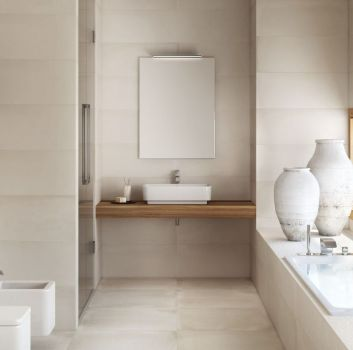 Beżowa łazienka z zabudowanym prysznicem, dwoma umywalkami oraz toaletą