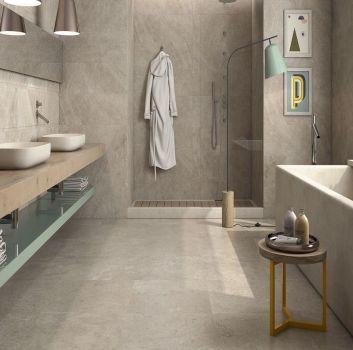Beżowa łazienka z marmurową wanną wolnostojącą, dużym prysznicem i drewnianym blatem z dwoma umywalkami nablatowymi