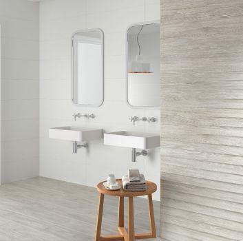Biało-szara łazienka z dwoma umywalkami, dwoma lustrami i drewnianym stoliczkiem