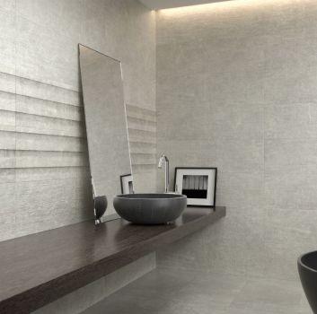 Szara łazienka z grafitową wanną wolnostojącą, drewnianym blatem z grafitową umywalką nablatową i opartym o nią lustrem