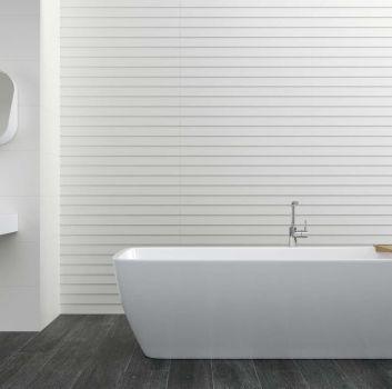 Biała łazienka z wanną wolnostojącą, biało-drewnianą szafką z umywalką nablatową oraz białym lustrem
