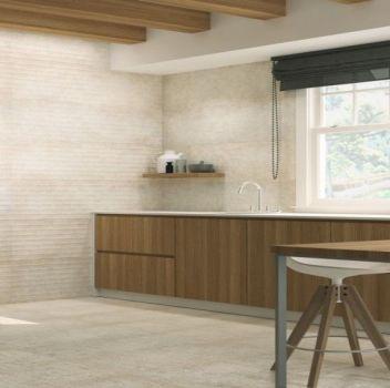 Beżowa kuchnia z brązowymi meblami, metalowym regałem oraz drewnianym stołem z białymi taboretami
