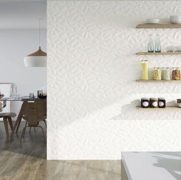 Biała kuchnia z drewnianymi półkami na kuchenne przybory, białym blatem i otwartym przejściem do jadalni