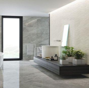 Szara łazienka z oddzielonym prysznicem, wanną wolnostojącą oraz drewnianym blatem na której stoi umywalka nablatowa