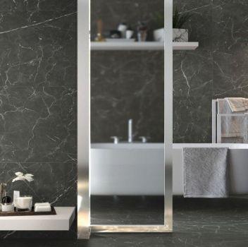 Grafitowa łazienka z wanną wolnostojącą, białymi blatami oraz metalowym wieszakiem