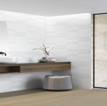 Biało-beżowa łazienka z dużym prysznicem, drewnianym blatem oraz dwoma umywalkami nablatowymi