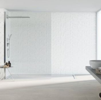 Biało-srebrna łazienka z otwartym prysznicem, wanną wolnostojącą oraz szarym blatem z dwoma umywalkami nablatowymi i okrągłymi lustrami