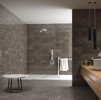 Szara łazienka z otwartym prysznicem, drewnianym blatem z umywalką nablatową oraz marmurowym stolikiem