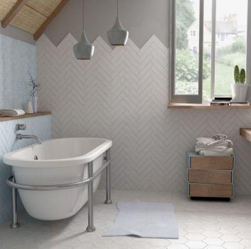 Biało-niebieska łazienka z wanną wolnostojącą, drewnianym blatem z wbudowaną umywalką oraz oknem