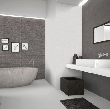 Biało-czarna łazienka z marmurową wanną wolnostojącą, białym blatem z umywalką nablatową i wieszakiem na ręczniki w formie drabiny