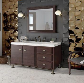 Szaro-złota łazienka z fotelem, drewnianą szafką z wbudowaną umywalką oraz dekoracyjnym obrazem