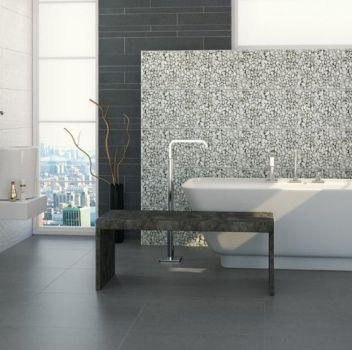 Szaro-biała łazienka z wanną wolnostojącą, dwoma umywalkami nablatowymi na białych blatami oraz dużymi oknami