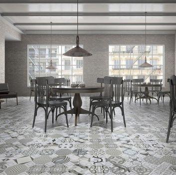 Multikolorowy salon z drewnianymi stołami, drewnianymi krzesłami i dużymi oknami