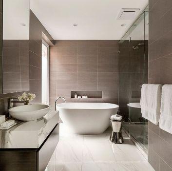 Brązowo-biała łazienka z wanną wolnostojącą, przeszklonym dużym prysznicem i drewnianą półką z umywalką nablatową
