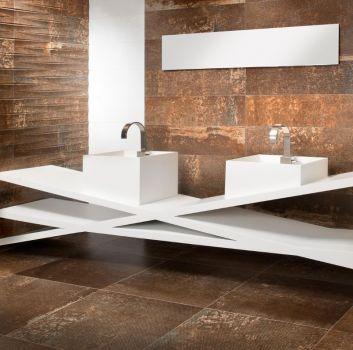 Brązowo-biała łazienka z oryginalnym blatem, dwoma kwadratowymi umywalkami oraz prostokątnym lustrem