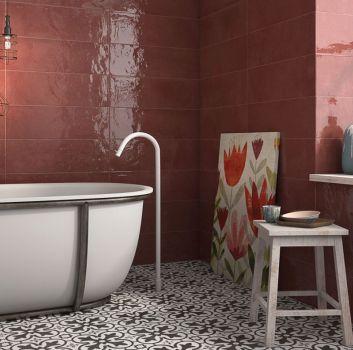 Purpurowa łazienka z wanną wolnostojącą, drewnianym taboretem i oknem