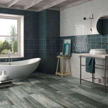 Biało-zielona łazienka z wanną wolnostojącą, umywalką nablatową oraz oryginalnymi dodatkami