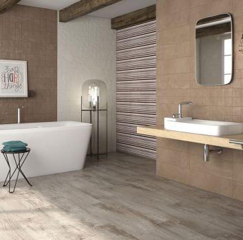 Brązowo-beżowa łazienka z prostokątną wanną wolnostojącą, umywalką nablatową na drewnianym blacie oraz oryginalnymi dodatkami