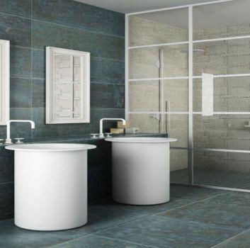 Niebiesko-biała łazienka z dużym prysznicem, dwoma wolnostojącymi umywalkami oraz dwoma prostokątnymi lustrami