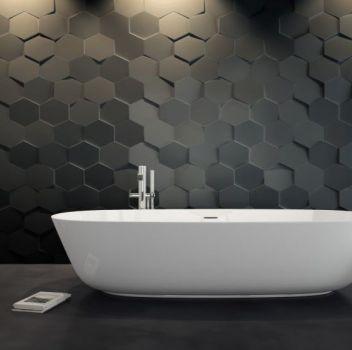 Biało-szara łazienka z wanną wolnostojącą, drewnianym stołkiem i oryginalną lampą