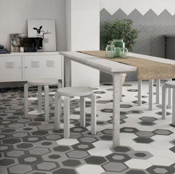 Szaro-biały salon z białą szafką, połączony z jadalnią z drewnianym stołem z taboretami oraz szarą półką