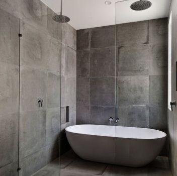 Szara łazienka z prysznicem, grafitową wanną wolnostojącą oraz drewnianym blatem z dwoma umywalkami nablatowymi