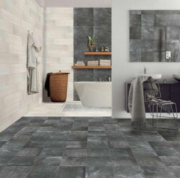 Biało-szara łazienka z wanną wolnostojącą, a przed nią stoi ściana na której wisi brązowa półka z dwoma umywalkami nablatowymi